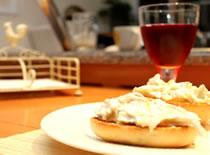 Jak zrobić kanapkę śniadaniową na ciepłej bułce
