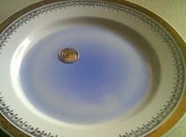 Jak wyciągnąć monetę spod talerza