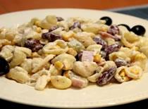 Jak zrobić błyskawiczną sałatkę z makaronem, szynką i serem
