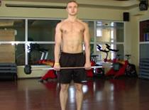 Jak wykonać trening przedramion - trzymanie ze sztangą