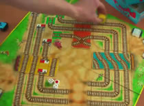 """Jak grać w grę dla dzieci """"Z drogi śledzie, pociąg jedzie"""""""