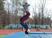 Jak wykonać salto w przód z pozycji stojącej