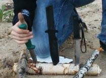 Jak rozłupywać drewno nożem