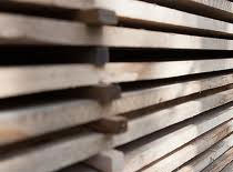 Jak prawidłowo sztaplować drewno (układać w stos)