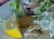 Jak przyrządzić smażoną rybę z sosem ogórkowo-śmietanowym