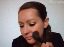 Jak zrobić słoneczny makijaż na imprezę