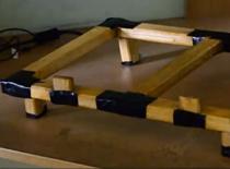 Jak zadbać o chłodzenie laptopa - podstawka z drewna
