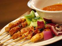 Jak zrobić pałeczki satay z mieszanych mięs