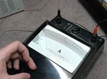 Jak korzystać z analogowego amperomierza lusterkowego