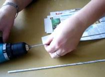 Jak robić rurki z gazet za pomocą wiertarki