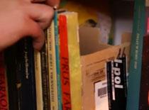 Jak zrobić skrytkę w półce z książkami