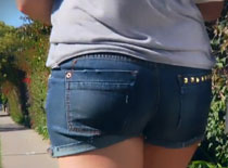 Jak zrobić krótkie spodenki jeansowe na 2 sposoby