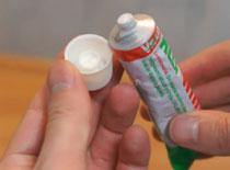 Jak odkręcić zaschniętą tubkę kleju