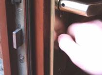 Jak naprawić zacinający się zamek w drzwiach