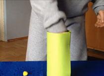 """Jak wykonać sztuczkę """"Piłeczka przez kieliszek"""""""