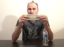 Jak wykonać zakład z banknotem i monetami na butelce