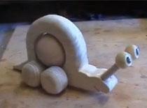 Jak zrobić drewnianą zabawkę - ślimak z kulą na kółkach