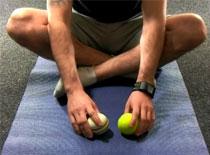 Jak zrobić głęboki masaż łydki z użyciem 2 piłeczek tenisowych