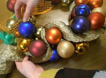 Jak zrobić świąteczny wieniec z bombek choinkowych