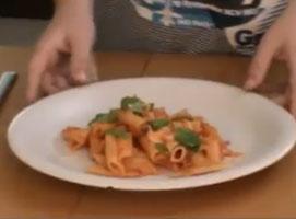 Jak zrobić makaron z mozzarellą, kaparami i pomidorami
