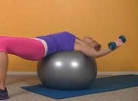 Jak ćwiczyć z piłką - klatka piersiowa, ramiona i plecy