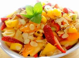 Jak zrobić sałatkę owocową z prażonymi migdałami