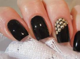Jak zrobić złote ćwieki na czarnych paznokciach