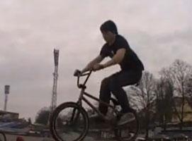 Jak zrobić obrót 180 na BMX