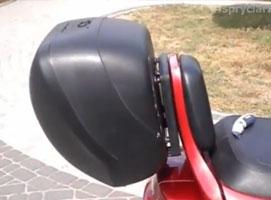 Jak wstawić kufer tylny do Suzuki Burgman bez stelaża