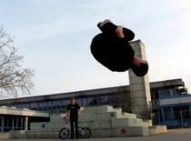 Jak wykonać Sideflipa z dwóch nóg