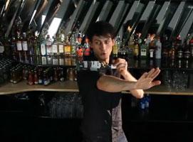 Jak wykonywać triki barmańskie - stawianie butelki na dłoni