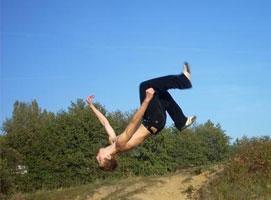 Jak wykonać salto w tył - bezpieczny sposób