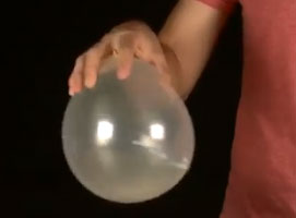 Jak wykonać trik ze skrzeczącym balonem