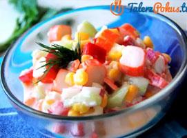 Jak zrobić lekką sałatkę z surimi i warzywami