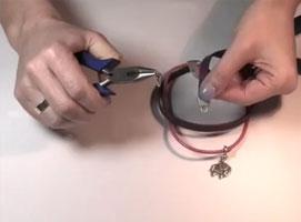 Jak zrobić bransoletkę z rzemyków z zawieszką