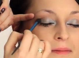 Jak wykonać makijaż w srebrze i szarościach