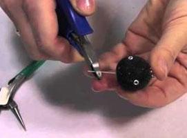 Jak zrobić czarne kolczyki z kulkami
