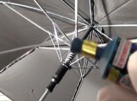 Jak zrobić głośny żart z parasolką