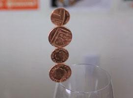 Jak postawić 4 monety na krawędzi szklanki