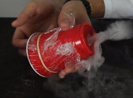 Jak zrobić kółka z dymu za pomocą kubka
