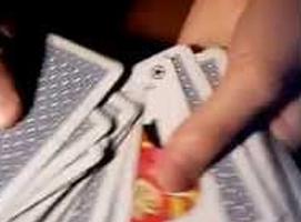 Jak wykonać trik karciany z odwróconą kartą