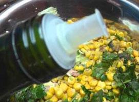 Jak zrobić rybną sałatkę z kukurydzą i fasolą