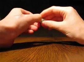 Jak wykonać sztuczkę ze znikającą monetą w dłoniach