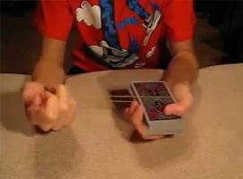 Jak wykonać sztuczkę z kartami i gumką