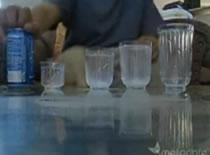 Jak wykonać sztuczkę ze szklankami i napojem