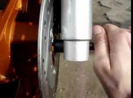 Jak założyć koło w skuterze