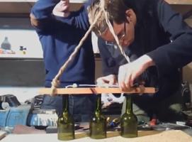 Jak zbudować lampę wiszącą z butelek