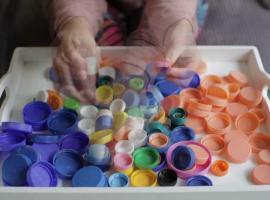 Jak wykorzystać plastikowe nakrętki w kreatywny sposób