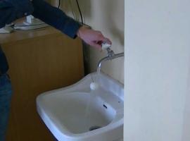Jak wykonać eksperyment z piłeczką w strumieniu wody