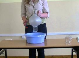 Jak przeprowadzić eksperyment - balon trzymający szklanki